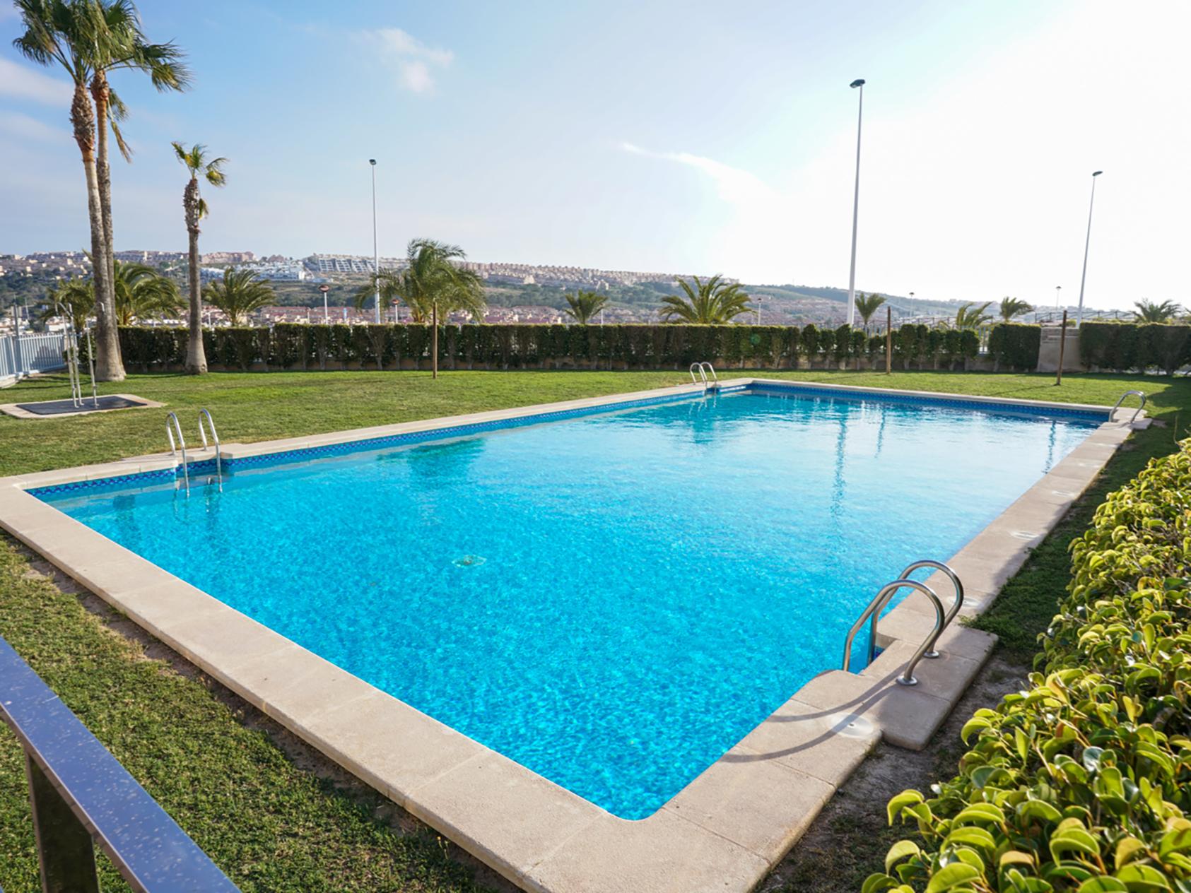Blue dreams alicante premium holiday penthouses for Piscina cuadrada